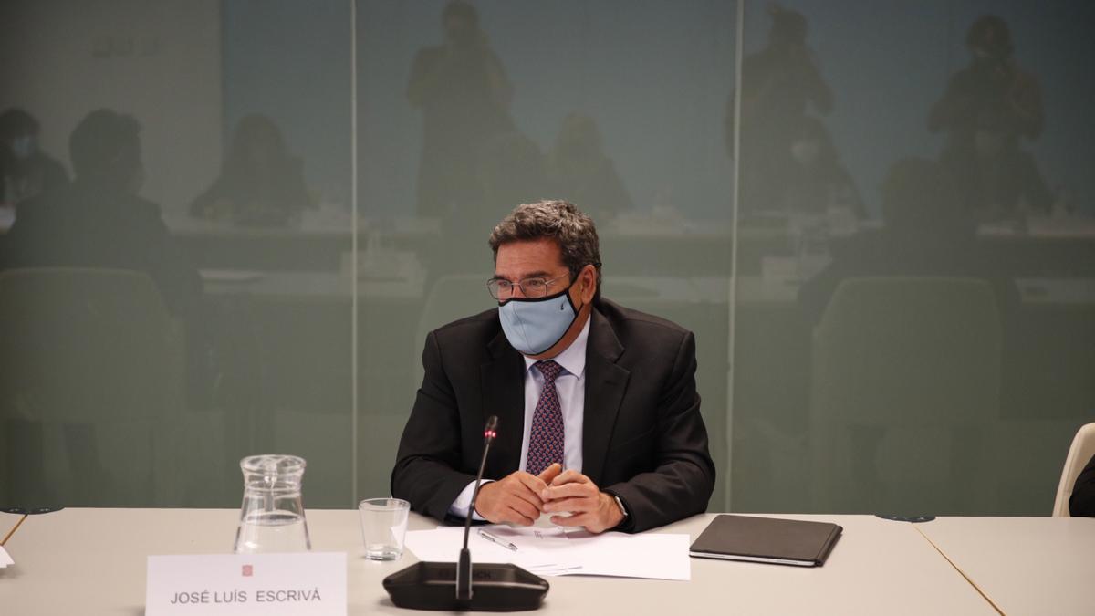 El ministro de Inclusión, Seguridad Social y Migraciones, José Luis Escrivá (d). EFE/Alejandro Garcia