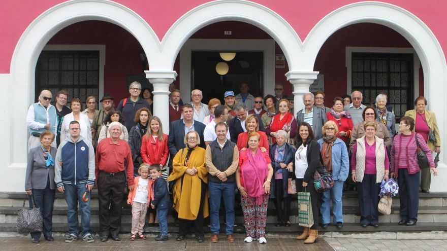En la imagen, vecinos de la Asociación Tuhoco del barrio  de Velhoco de Santa Cruz de La Palma con miembros de la Corporación de El Paso.