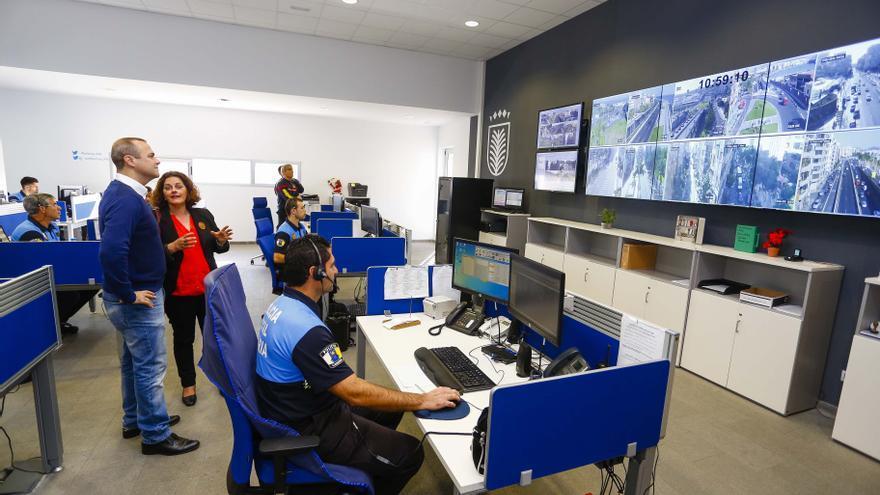 El alcalde de Las Palmas de Gran Canaria, Augusto Hidalgo, supervisa el despliegue de seguridad y emergencias para Nochebuena.