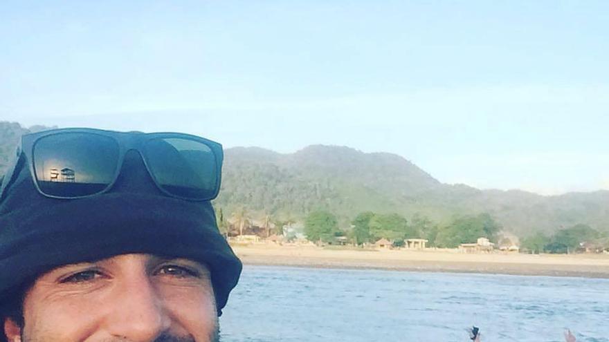 El surfista cántabro Cristian Bosco de la Mora antes de ser diagnosticada su leucemia.