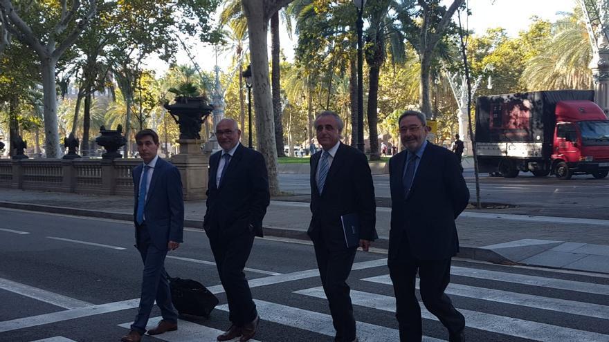 Alfons Todó y Narcís Serra, a la llegada a la Audiencia con los respectivos abogados