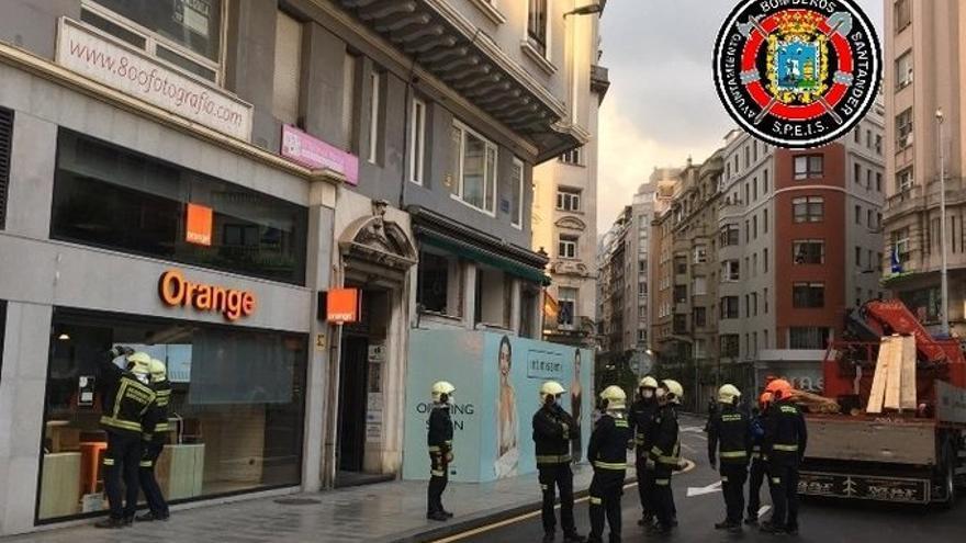 Los 21 vecinos desalojados del edificio de Isabel II están bien y solo 4 han sido realojados en hotel