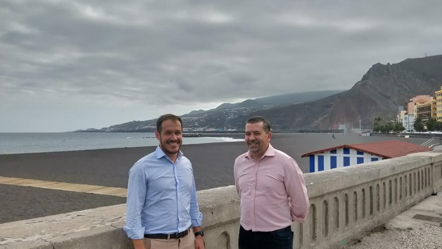 Mariano Hernández Zapata, presidente del Cabildo de La Palma, y  Juan José Cabrera, alcalde de Santa Cruz de La Palma, en la playa.