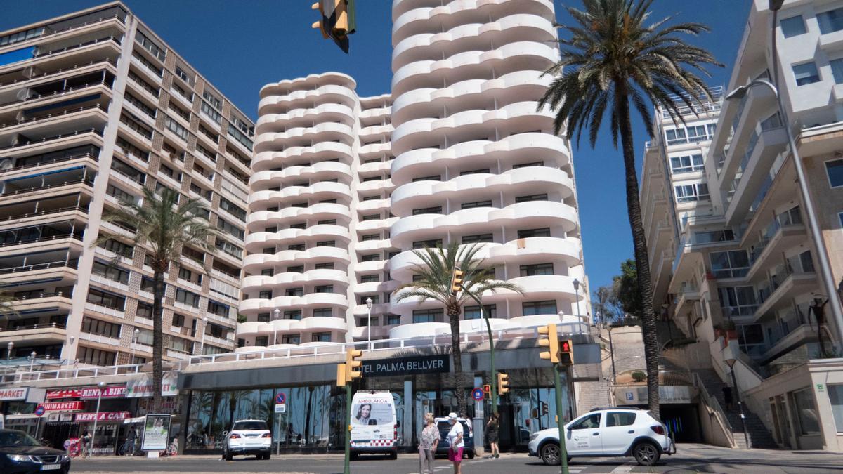 Vista del Hotel Palma Bellver, el hotel covid donde se alojan algunos de los estudiantes que visitaron Mallorca en viaje de estudios y que han tenido contacto con positivos, este domingo. EFE/ Cati Cladera