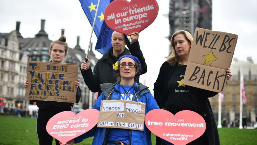 Manifestantes contrarios al Brexit sostienen pancartas en la Plaza de Westminster, antes de que el Reino Unido abandone la Unión Europea a las 11 de la mañana del viernes 31 de enero