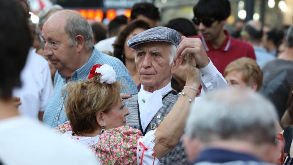 Pareja de chulapos durante unas fiestas en Madrid