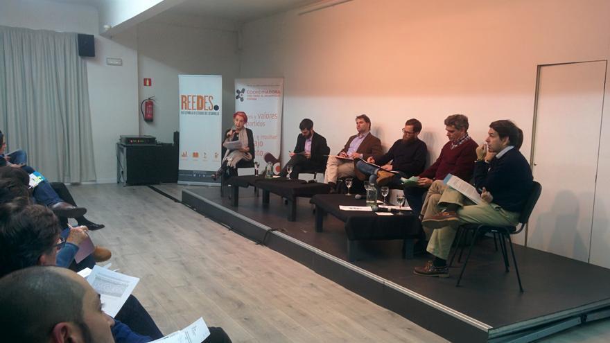 Roas María Calaf modera el debate sobre partidos políticos y cooperación al desarrollo
