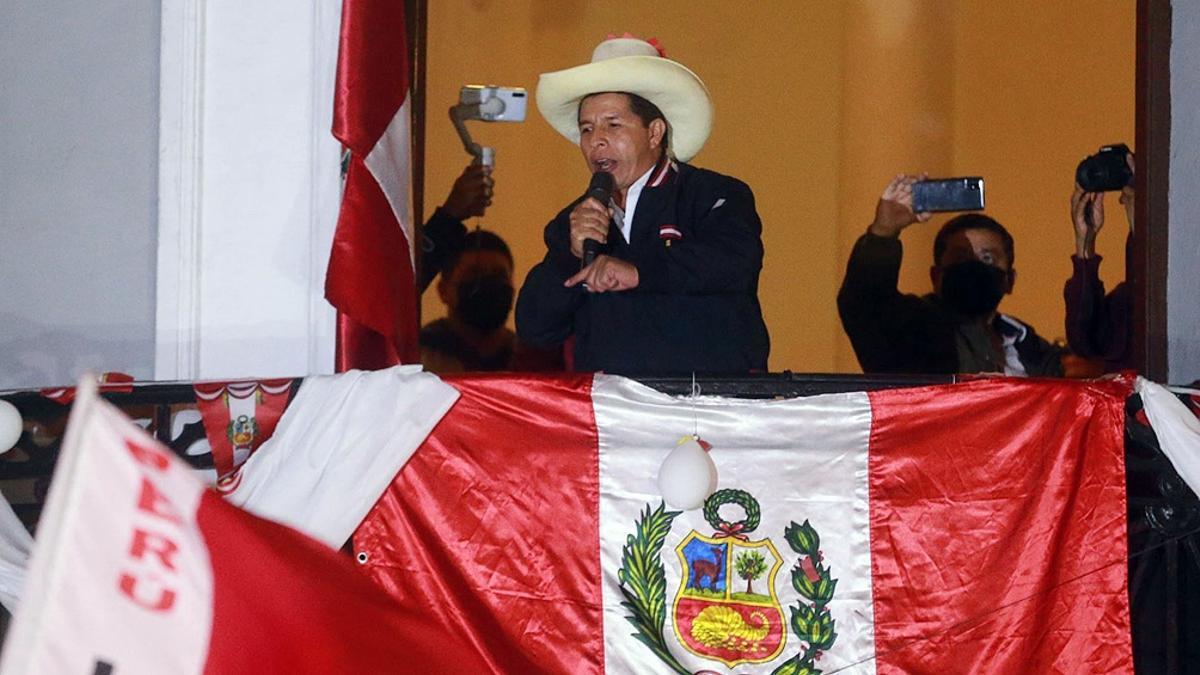Castillo salió al balcón de la sede partidaria de Perú Libre y habló ante miles de seguidores.