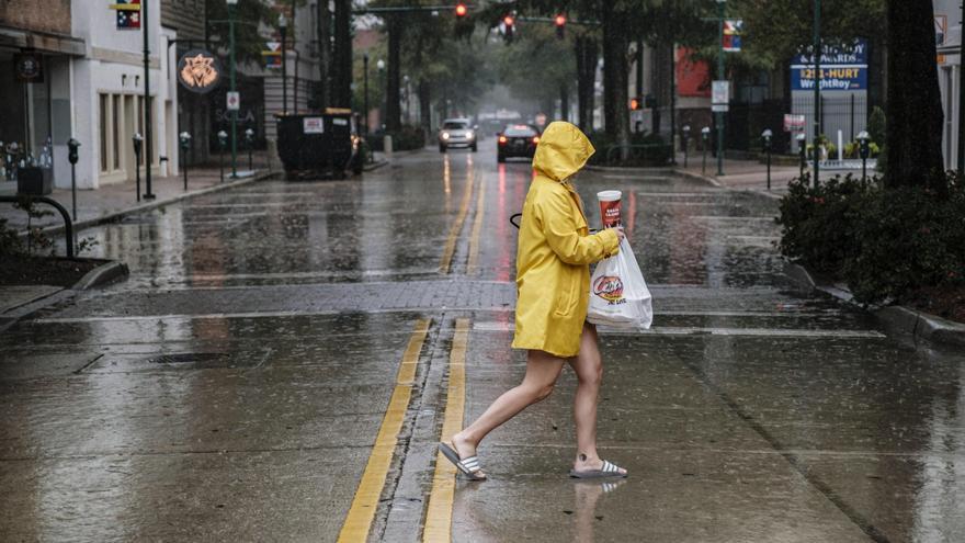 Luisiana se alista para el impacto del huracán Delta, aún con escombros de Laura