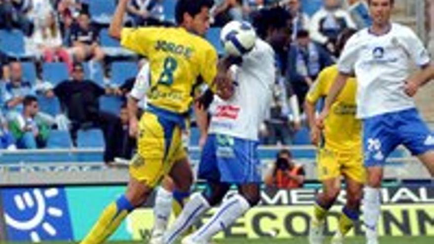 Un lance de un derbi Las Palmas-Tenerife (Heliodoro, 25 de abril de 2009)