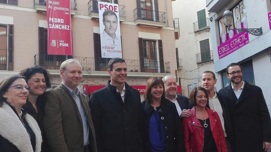 Pedro Sánchez pasea por las calles de Palma y prueba la ensaimada