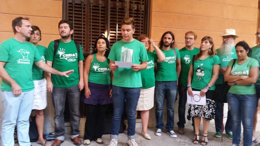 Podemos lee frente al Parlament de Baleares un manifiesto contra la Lomce