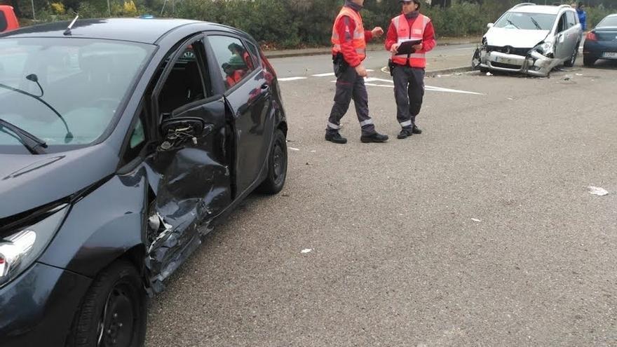 Dos heridos en Tudela al colisionar un vehículo con otros 5 aparcados