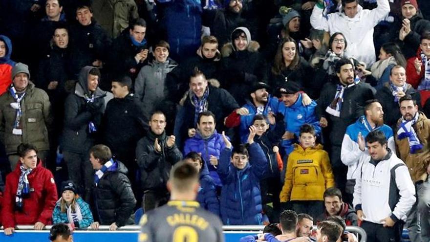 Los jugadores del Alavés celebran el segundo gol ante la UD Las Palmas. EFE/Adrián Ruiz de Hierro