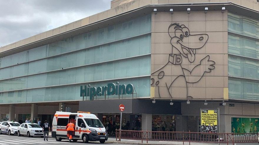 Ambulancia frente a un Hiperdino en Las Palmas de Gran Canaria.