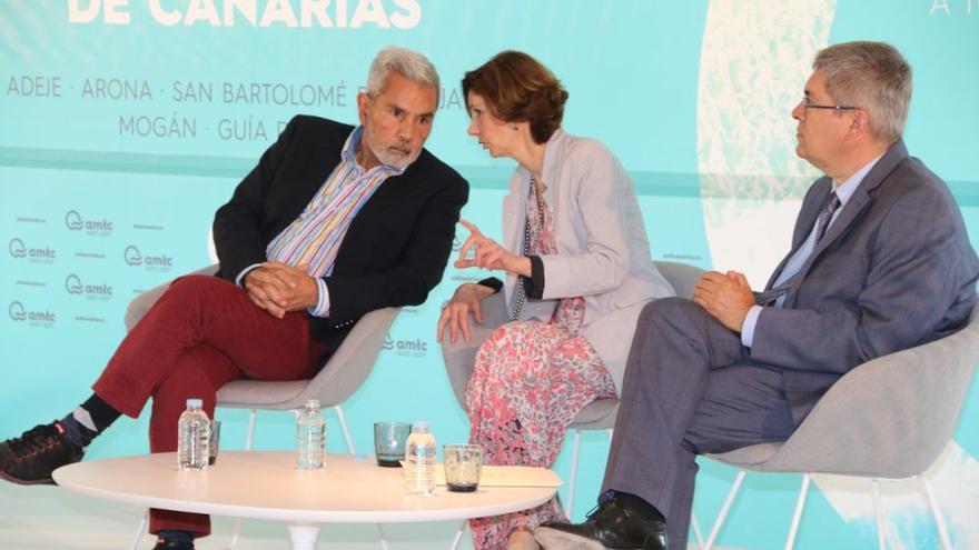 José Miguel Rodríguez Fraga, alcalde de Adeje; Isabel Oliver Sagreras, secretaria de Estado de Turismo, y Marco Aurelio Pérez, regidor de San Bartolomé de Tirajana