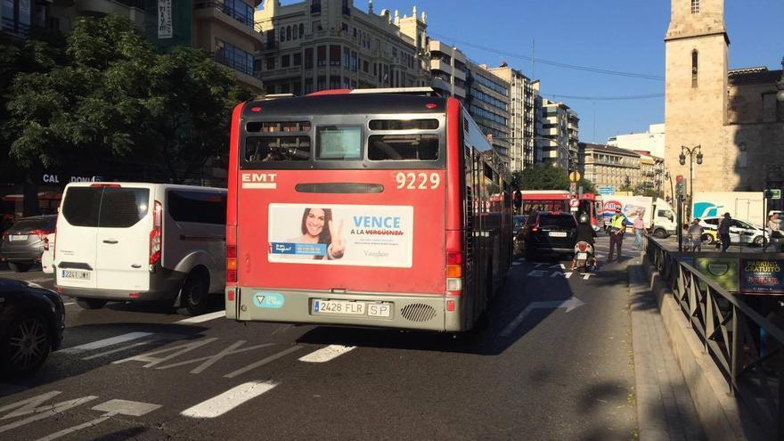 La Policía Local este martes desviando el tráfico en la calle Xàtiva