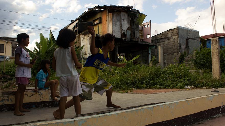 Un grupo de niños juegan entre las ruinas en el barangay de Magallanes. Foto: Carlos Sardiña Galache.