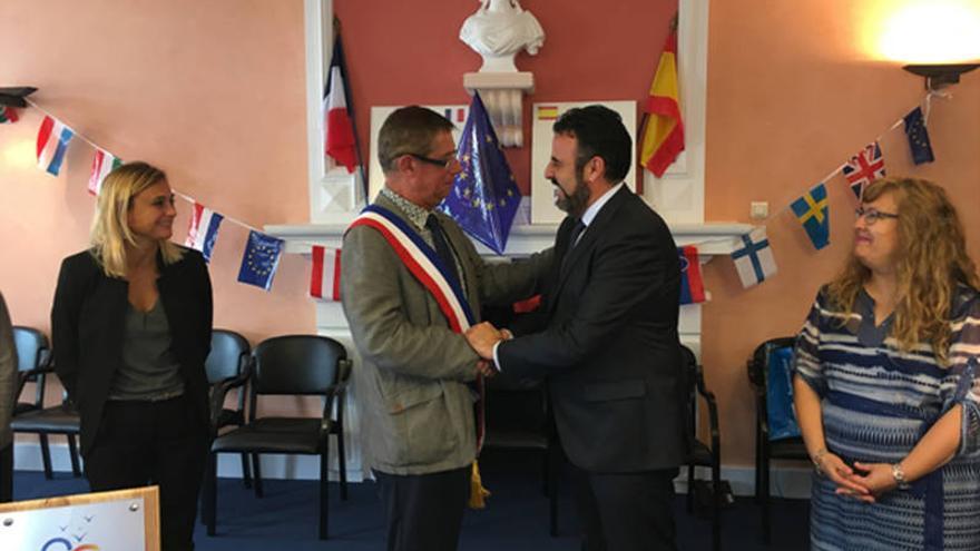 Los alcaldes de Azuqueca y Pontonx Sur L'Adour celebran el hermanamiento. Fotografía: Ayuntamiento de Azuqueca