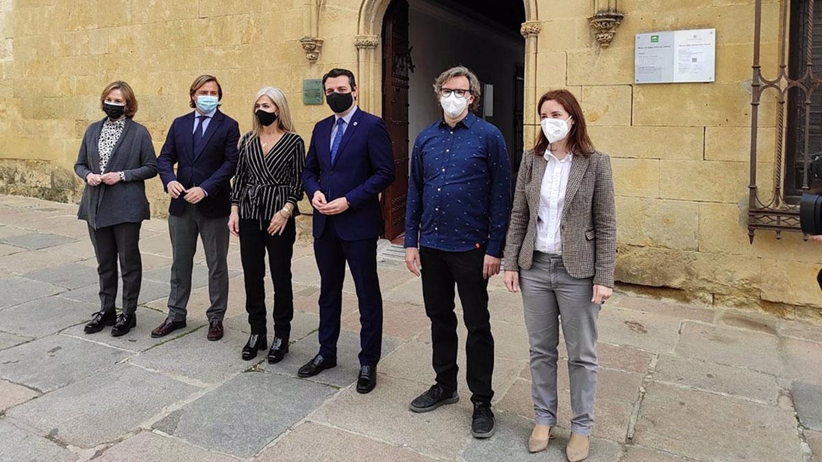 Vázquez Domenech (2º dcha.) entre Casanueva y el alcalde de Córdoba, y con la consejera de Cutura, Patricia del Pozo (3ª izda.), ante el Museo de Bellas Artes de Córdoba el pasado 4 de marzo.
