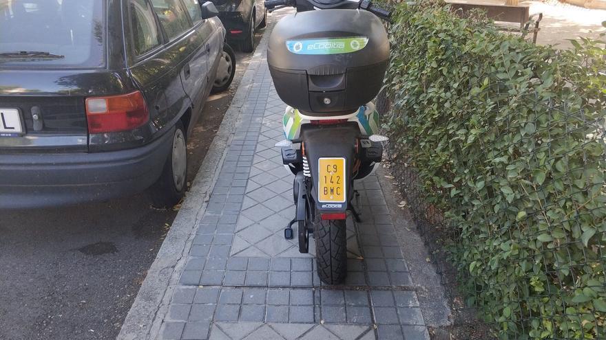 Costumbrismo madrileño: una moto plantada durante días en una acera.