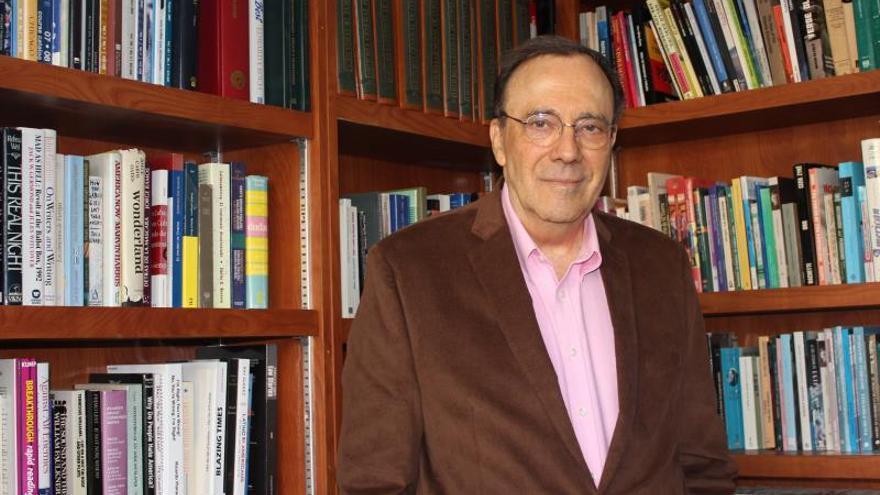 El escritor y periodista cubano Carlos Alberto Montaner posa para una fotografía el 2 de diciembre de 2019 durante una entrevista con Efe en Miami, Florida (EE. UU.).