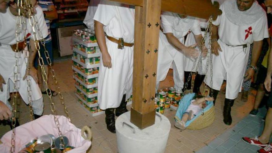 Actividad de pesado de niños en las fiestas de Lorquí en 2013 (Murcia)