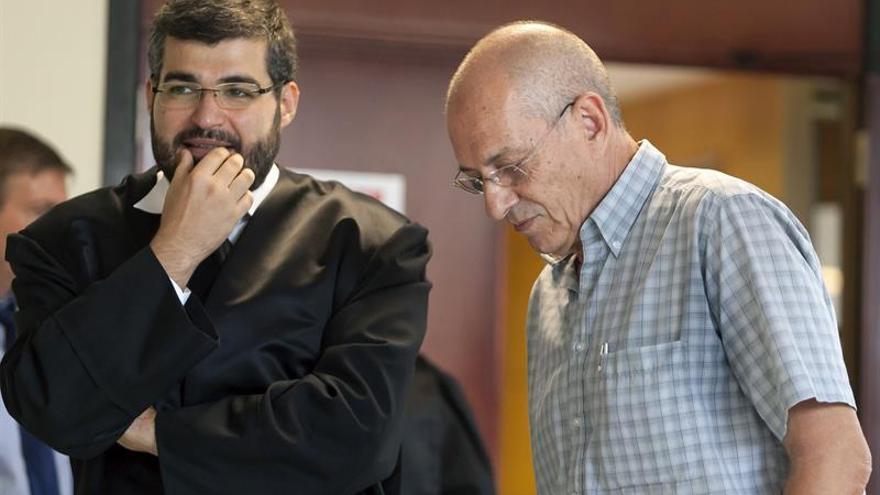 """Justo Méndez (d), del colectivo denunciante Ínsula Viable, momentos antes de declarar como testigo en el juicio del """"caso de Las Teresitas que se sigue en la Audiencia de Santa Cruz de Tenerife. EFE/Ramón de la Rocha"""