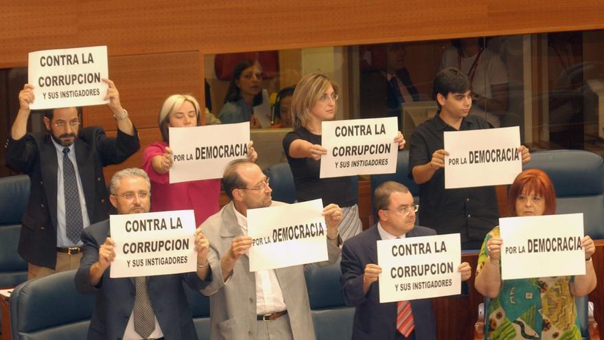 ASAMBLEA MADRID: Madrid, 23-6-2003.- Fausto Fernández (1ºi), Miguel Angel Reneses (2ºi) junto a los restantes diputados de IU en la Asamblea de Madrid, muestran carteles de protesta momentos antes de que los diputados Eduardo Tamayo y Maria Teresa Saez tomaran de posesión de los escaños.