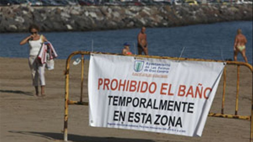 Prohibición en la playa de Las Alcaravaneras. (ACN/ V3S/ Q.C.)