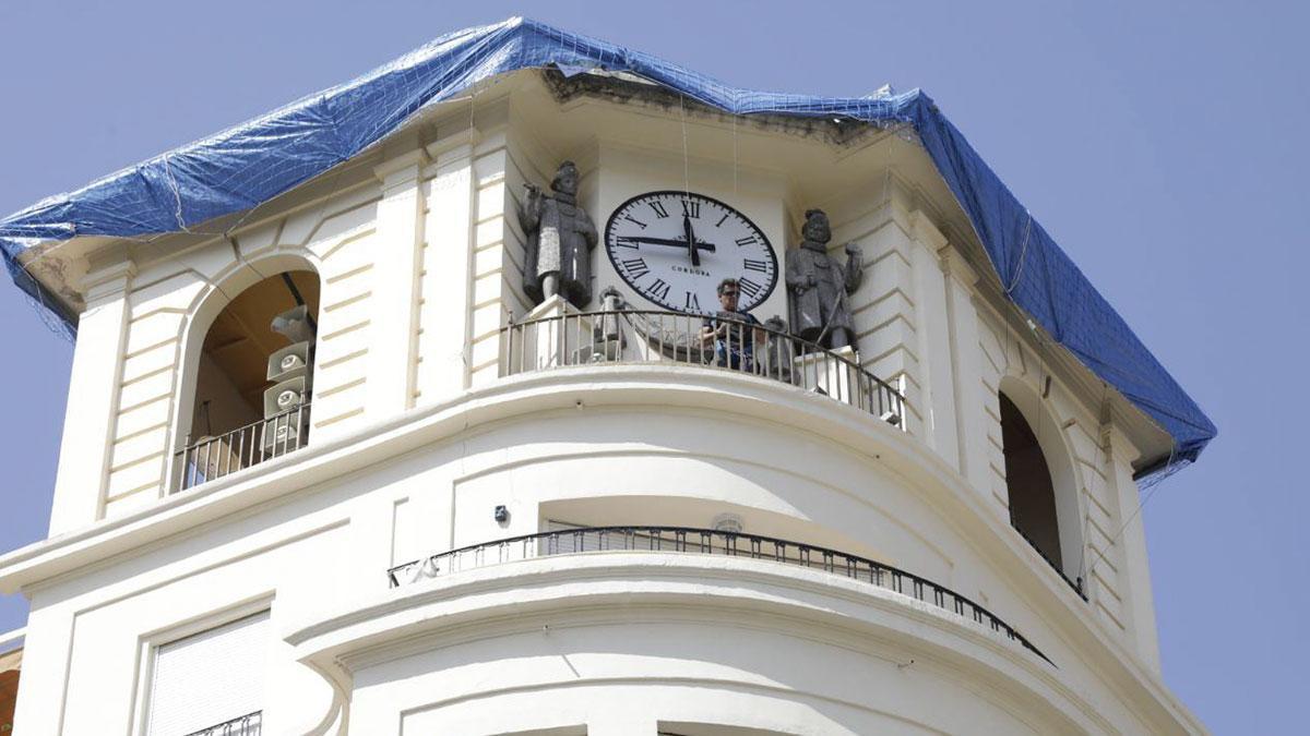 Trabajadores municipales protegiendo la cornisa superior de la torre donde se ubica el reloj de Las Tendillas