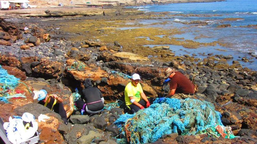 Recogida de residuos en la costa de El Porís