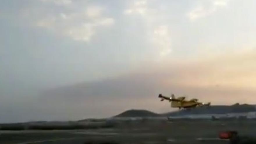 Los medios aéreos se retiran con la llegada de la noche y el fuego sigue sin control