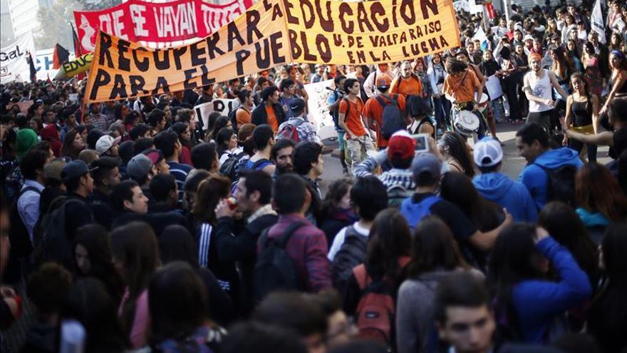 Estudiantes chilenos marchan por cambios en la educación