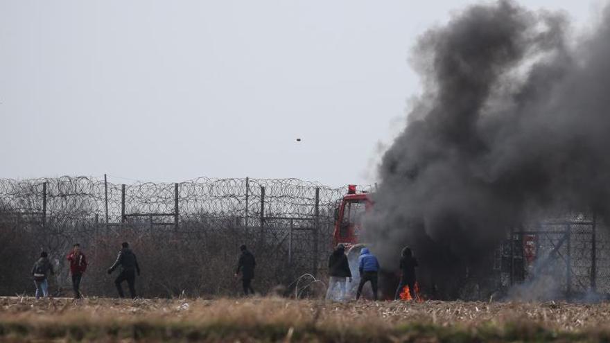La Policía griega vuelve a lanzar gas contra los migrantes que tratan de entrar en Grecia