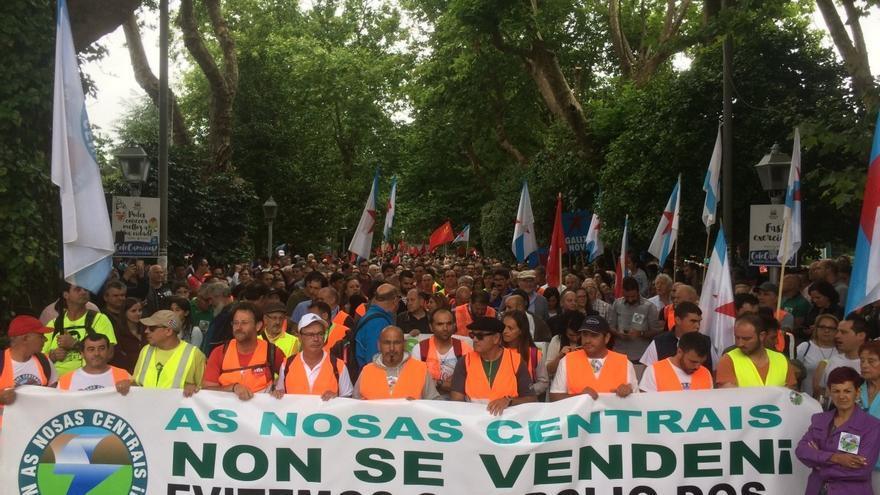 Manifestación contra la venta de las centrales en Santiago a principios de julio
