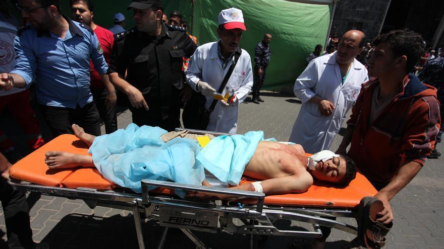 Un palestino herido por disparos de soldados israelíes es trasladado a un hospital en Ciudad de Gaza el lunes.