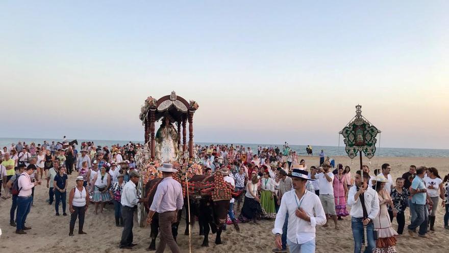La imagen de la Virgen en la playa es una de las más llamativas de la fiesta.