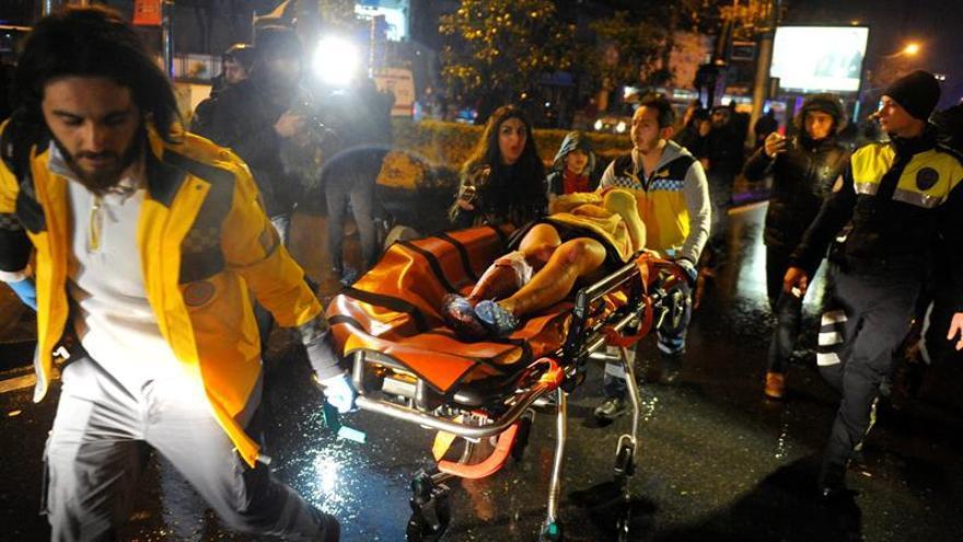 Los servicios médicos trasladan en camilla a una ambulancia a un herido en el atentado de Estambul, Turquía.