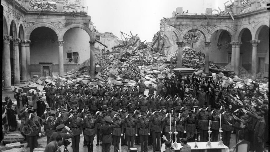 Ceremonia castrense en las ruinas de El Alcázar de Toledo. 1939