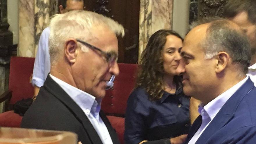 El alcalde de Valencia, Joan Ribó (izquierda), y el exportavoz del grupo socialista, Joan Calabuig