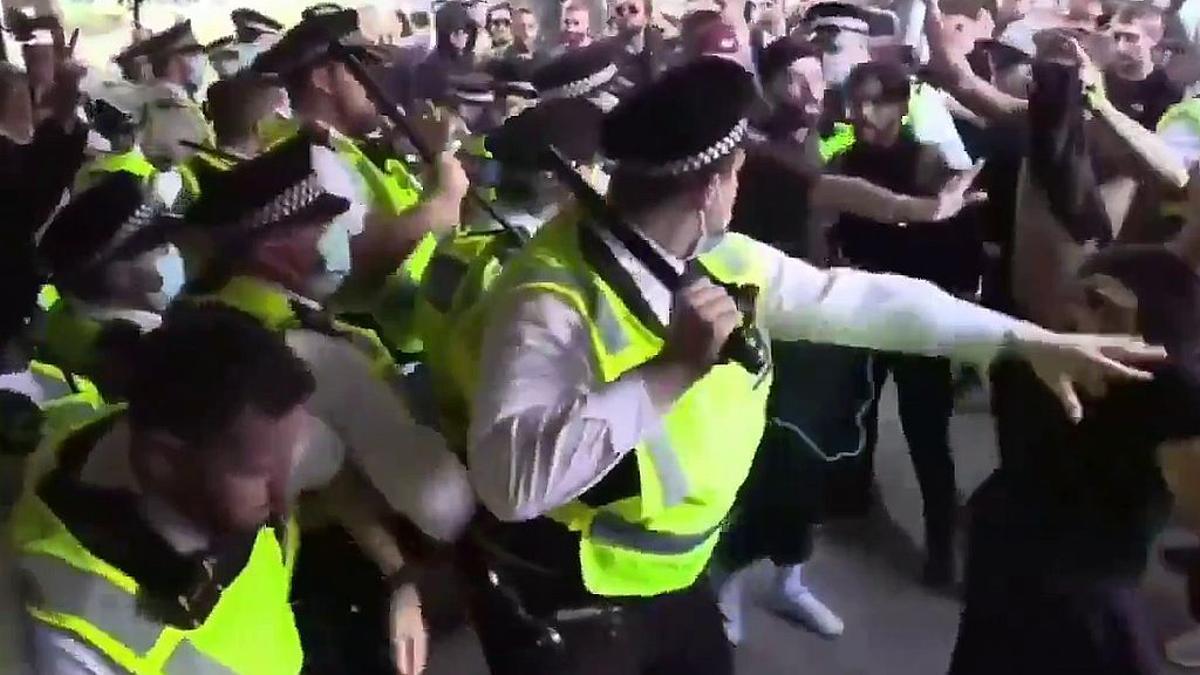 El momento en que los manifestantes irrumpían en la susbidiaria de la BBC en Londres.