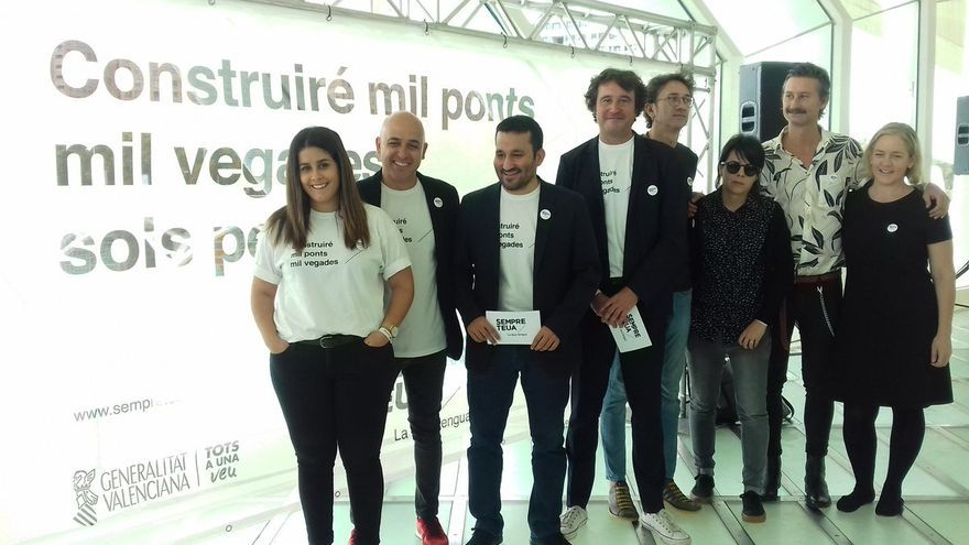 El conseller de Educación, Vicent Marzá y el director de Política Lingüística, Rubén Trenzano, en la presentación de la campaña 'Sempre Teua'