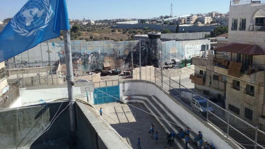 Colegio gestionado por la UNRWA (Naciones Unidas) junto al muro de Israel