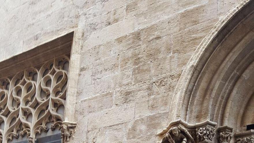 Una de las pintadas en la fachada de la Lonja