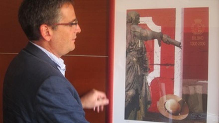 Antonio Basagoito Con El Cártel De Los Toros De Bilbao