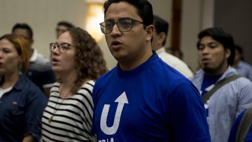 Guillermo Incer (c), reelegido como representante de la sociedad civil, fue registrado este sábado, durante la elección de los nuevos integrantes del Consejo Político de la Unidad Azul y Blanco (UNAB), en Managua (Nicaragua).