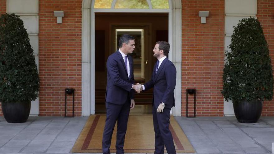 Casado pide a Sánchez que envie un requerimiento a Torra para que cumpla la ley