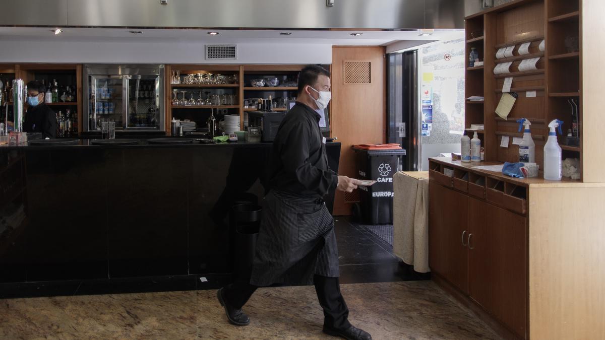 Archivo - Un camarero con mascarilla