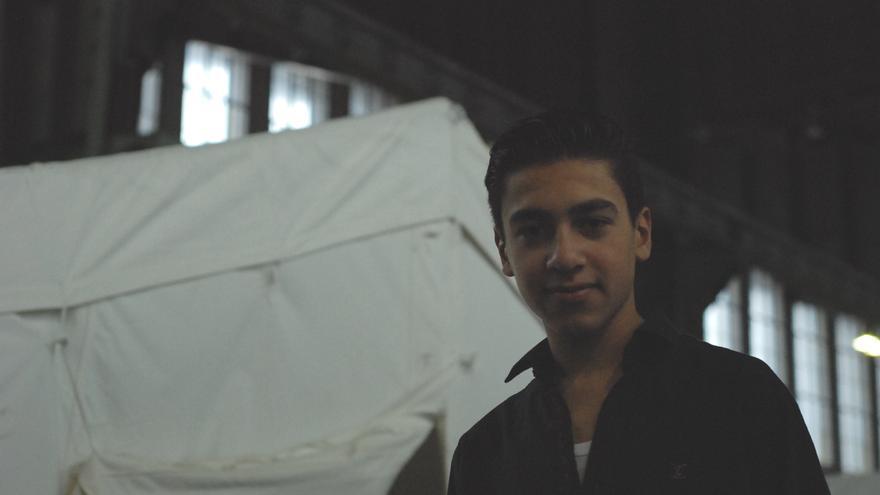 Almar, refugiado sirio de Homs  junto a una de las carpas en las que los refugiados duermen en los hangares del antiguo aeropuerto de Tempelhof, Berlín
